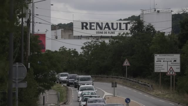 vidéos et rushes de atmosphere in front of the french car manufacturer renault factory on june 17 2020 in flins france following the covid19 crisis french carmaker... - isore vincent