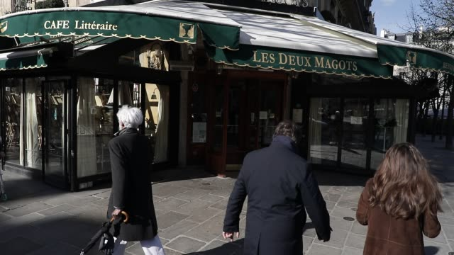 atmosphere in the streets of the french capital after the government has just ordered the closure of all not essential public places as bars and... - 政治と行政点の映像素材/bロール