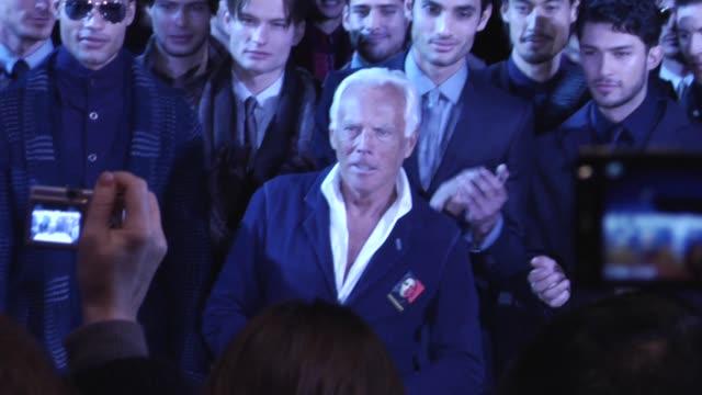 vídeos de stock, filmes e b-roll de atmosphere raw milan men's fashion giorgio armani at the milan men's fashion giorgio armani at milan - giorgio armani marca de moda
