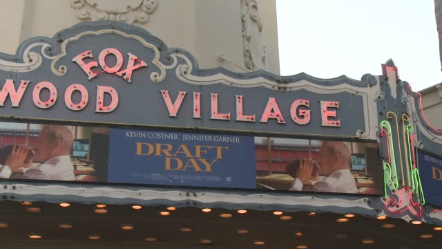 vídeos de stock e filmes b-roll de atmosphere signage at draft day los angeles premiere at regency village theatre on april 07 2014 in westwood california - regency village theater
