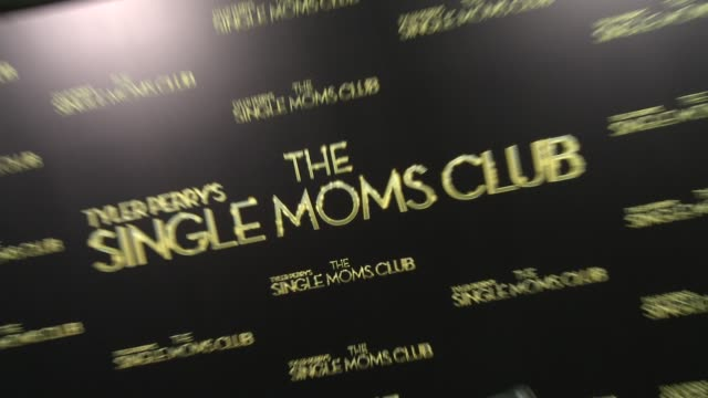 vídeos de stock e filmes b-roll de atmosphere signage at tyler perry's the single moms club los angeles premiere at arclight cinemas cinerama dome on march 10 2014 in hollywood... - cinerama dome hollywood