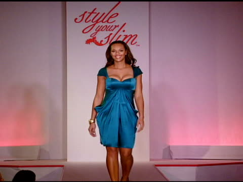 slim-fast fashion show at the rachel hunter and slim-fast host style your slim event with special guest tim gunn and dj macy gray at boulevard3 in... - レイチェル ハンター点の映像素材/bロール