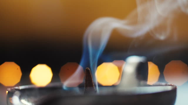 vídeos y material grabado en eventos de stock de atmospheric midwinter ritual with candles, incense. wellness therapy to get distressed. close-up incense smoke. - ceremonia