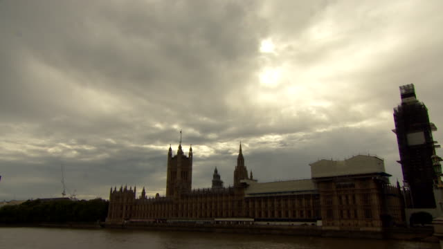 atmospheric moody clouds above houses of parliament, london - parliament building stock-videos und b-roll-filmmaterial