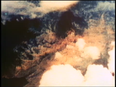 stockvideo's en b-roll-footage met aerial atomic bomb exploding on nagasaki / documentary - bom