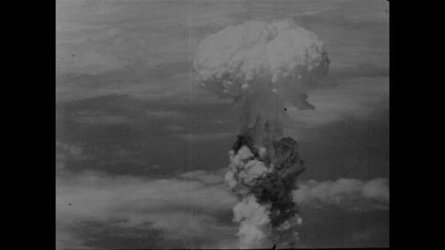 atomic bomb mushroom cloud over nagasaki - radioaktiver niederschlag stock-videos und b-roll-filmmaterial