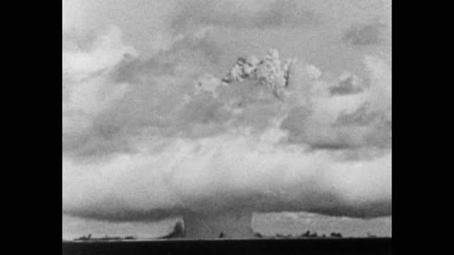 vidéos et rushes de 1946 atomic bomb test at bikini atoll, part of operation crossroads - champignon nucléaire