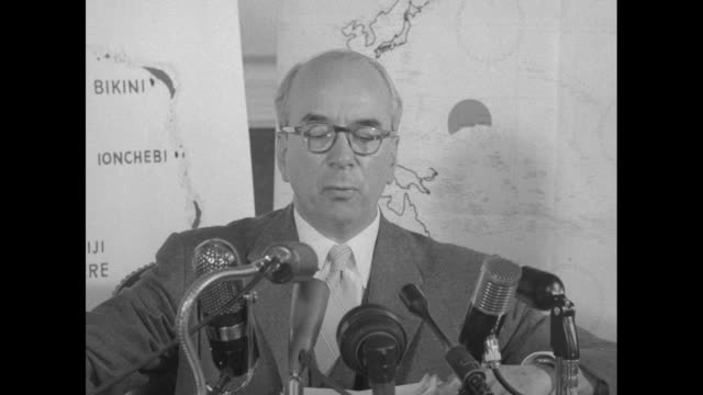 stockvideo's en b-roll-footage met cu atomic energy commission chairman lewis strauss at microphones during press conference on hbomb test and how the bomb can level a city the size of... - massavernietigingswapens