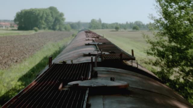 vidéos et rushes de pov atop a train traveling through a field in the countryside - activité avec mouvement