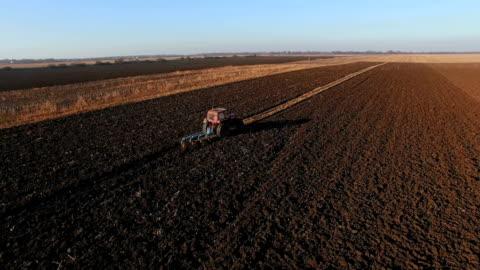 vídeos y material grabado en eventos de stock de atractor arar un campo rural - arar