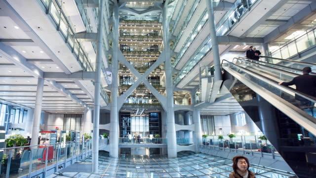 vidéos et rushes de atrium of hsbc building in central hong kong - cour intérieure