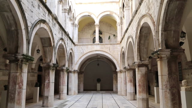 stockvideo's en b-roll-footage met atrium of the gothic-renaissance sponza palace, dubrovnik - rond de 15e eeuw