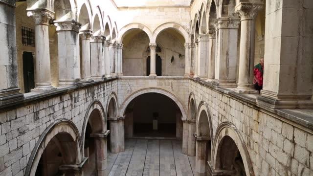 vídeos y material grabado en eventos de stock de atrium of the gothic-renaissance sponza palace, dubrovnik - un solo hombre mayor