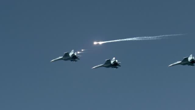 vidéos et rushes de avions d'attaque dans le ciel - attaque aérienne
