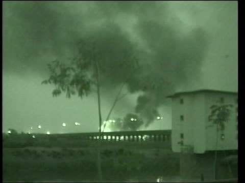 vidéos et rushes de attack on iraq begins: nat special; pool iraq: baghdad: ext at night gv explosions and pall of smoke as cruise missiles expode gv city skyline gv... - guerre