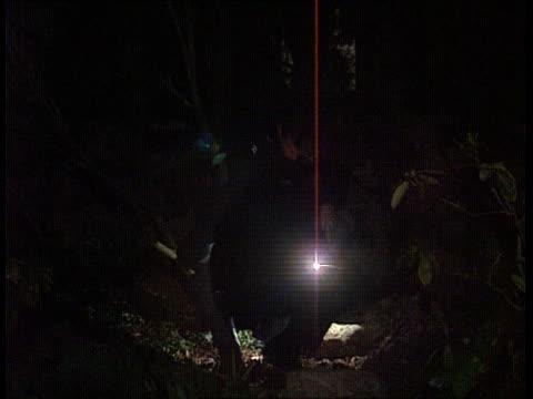 attacks on police at all time high; itn england: london: hackney: night lams police patrol van coming around corner l-r inside van cbv policeman... - 士官候補生点の映像素材/bロール