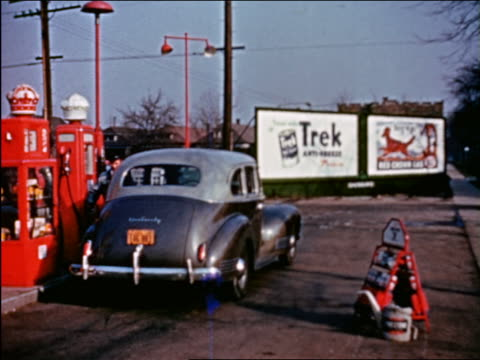 vidéos et rushes de 1941 attendant pumping gas in service station / chicago / industrial - prelinger archive