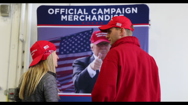 vidéos et rushes de attendees at a campaign rally with u.s. president donald trump in freeland, michigan, u.s., on thursday, september 10, 2020. trump's bid to focus his... - casquette