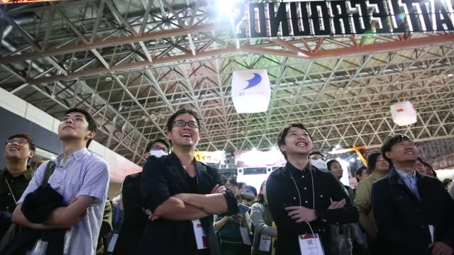 stockvideo's en b-roll-footage met attendees look at other attendees playing pc games during the tokyo game show 2018 on september 21, 2018 in chiba, japan. - television game show