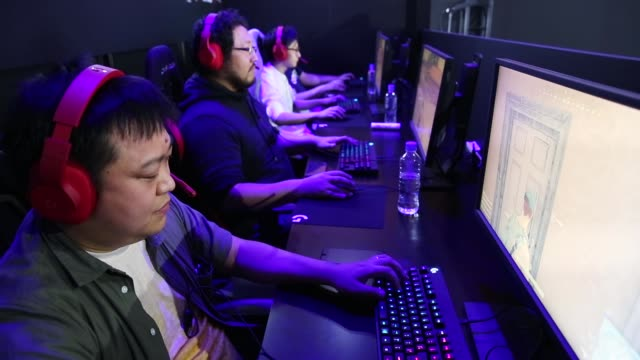 attendees play pc games during the tokyo game show 2018 on september 21, 2018 in chiba, japan. - tävlingsprogram bildbanksvideor och videomaterial från bakom kulisserna