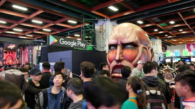 vídeos de stock, filmes e b-roll de attendees walk past signage for google play during the 2018 taipei game show in taipei, taiwan, on friday, jan. 26 attendees walk past a statue... - game show
