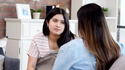 stockvideo's en b-roll-footage met attente tiener meisje luistert als haar moeder geeft haar advies - parent