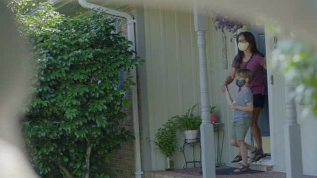 stockvideo's en b-roll-footage met attentive young latin-american mother and her son cautiously leave their home - north carolina amerikaanse staat