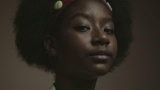 attitude - svart hår bildbanksvideor och videomaterial från bakom kulisserna