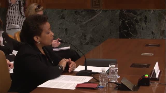 stockvideo's en b-roll-footage met attorney general loretta lynch contrasts treatment of 'largescale traffickers' with 'lowerlevel offenders' - procureur generaal
