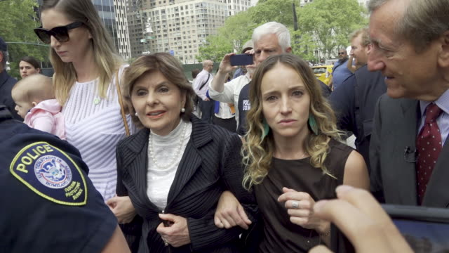 attorney gloria allred leaving the new york court house with two alleged victims of j. epstein, teala davies and the tall woman in white carrying a... - crime or recreational drug or prison or legal trial点の映像素材/bロール