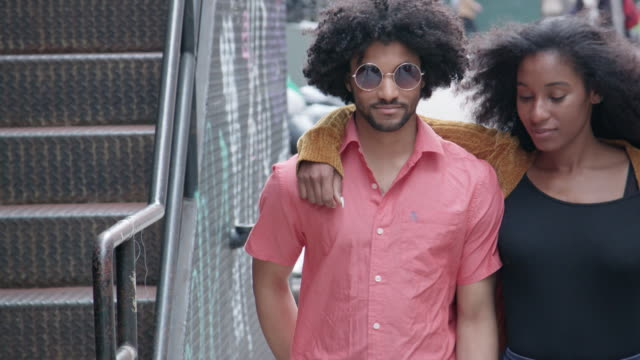 Aantrekkelijke Afrikaanse Amerikaanse echtpaar lopen op stedelijke Street