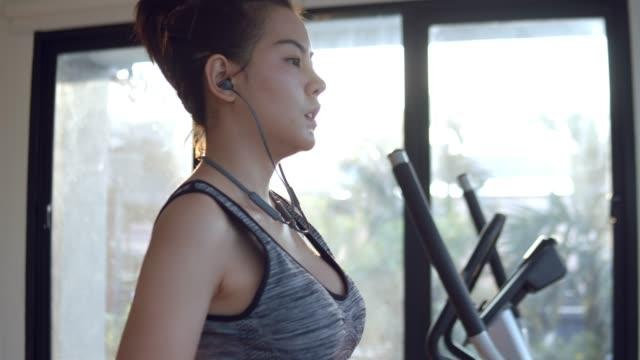 魅力的なアジアの女性はジムで訓練 - dieting点の映像素材/bロール