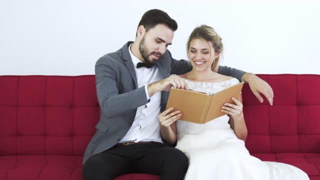 Attraktive Braut eine Hochzeitskleid im Store auswählen