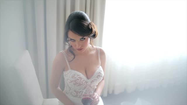 vídeos y material grabado en eventos de stock de atractiva novia posando en vestido de novia - lencería
