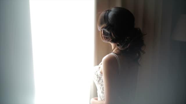 Attraktive Braut posiert in ihrem Hochzeitskleid
