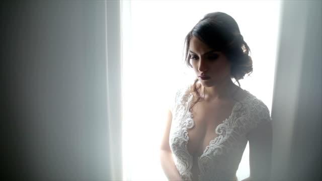attraktive braut posiert in ihrem hochzeitskleid - busen frau stock-videos und b-roll-filmmaterial