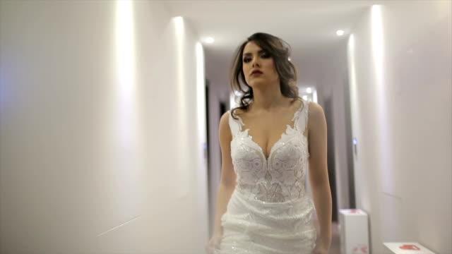 vídeos y material grabado en eventos de stock de atractiva novia en su vestido de novia - lencería