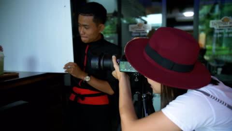 attraktiv glad dam i eleganta hatt tar en bild - digital spegelreflexkamera bildbanksvideor och videomaterial från bakom kulisserna