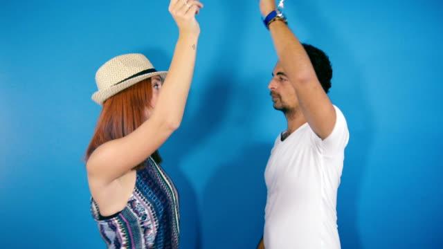 Attraente coppia per divertirsi e ballare superato