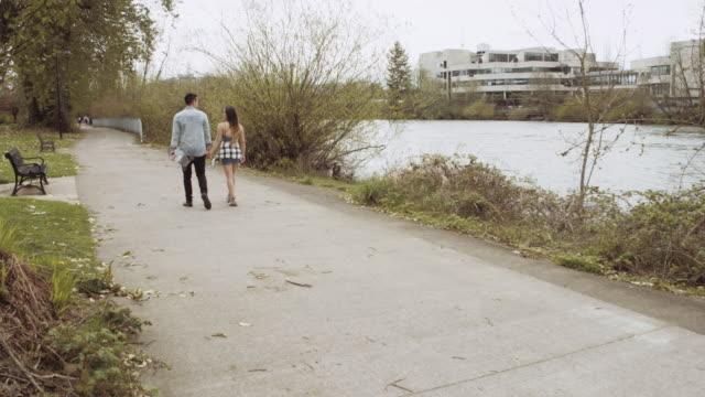 Aantrekkelijke paar samen wandelen in een park