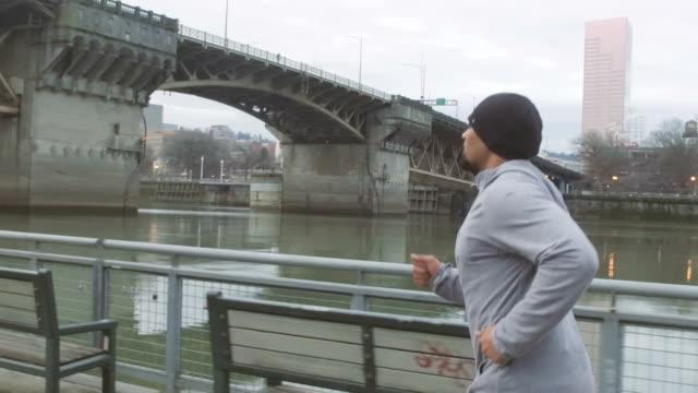 Attraktiva etniska hane träning/löpning utomhus