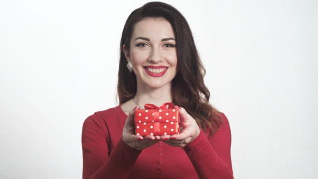 vídeos y material grabado en eventos de stock de attractive girl in red gives a gift box - esmalte de uñas rojo