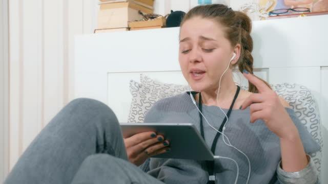 vídeos de stock, filmes e b-roll de garota atraente, tocando música no seu tablet digital e cantar - cantora