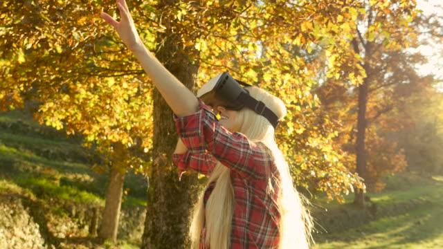 vidéos et rushes de jolie fille à l'aide de casque vr - casque téléphonique