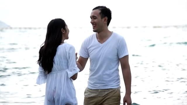 attraktive gesundes paar spaß zusammen tanzen am strand. - eskapismus stock-videos und b-roll-filmmaterial