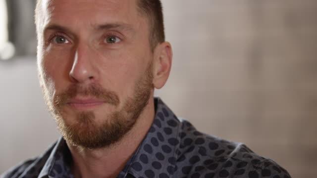 attraktiver mann gespräch 4k-slow-motion - junger mann allein stock-videos und b-roll-filmmaterial