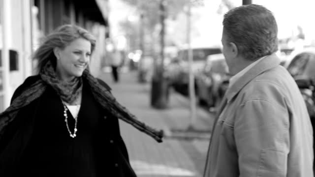 Atraente Casal de Meia Idade a oportunidade de encontrar Abraçar na rua