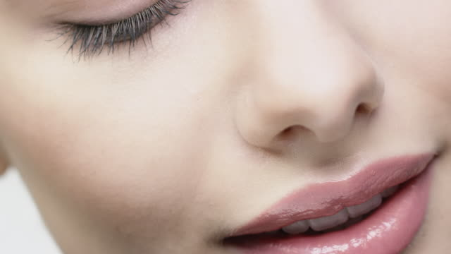 vídeos de stock e filmes b-roll de attractive smiling woman is having blue eyes - beautiful woman