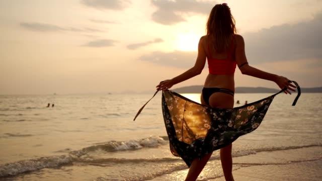 ビーチで夏を楽しむ魅力的な女性 - パレオ点の映像素材/bロール