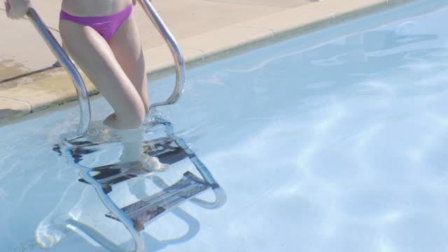 attractive woman going into swimming pool - 美しい人点の映像素材/bロール